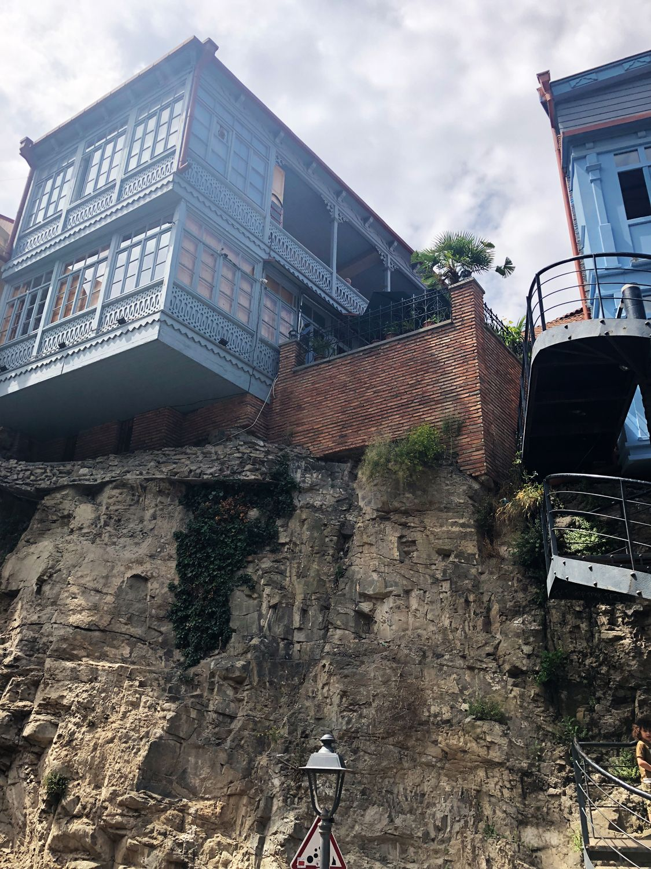 Тбилиси - дома на скалах